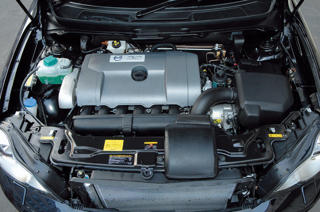 画像: 新開発の3.2L直6自然吸気エンジン。エンジン全長は5気筒に比べてわずか3mmだけ延長された625mm。そのコンパクトさが横置きレイアウトを可能にし、エンジンの前後双方にクラッシャブルゾーンを確保することができた。