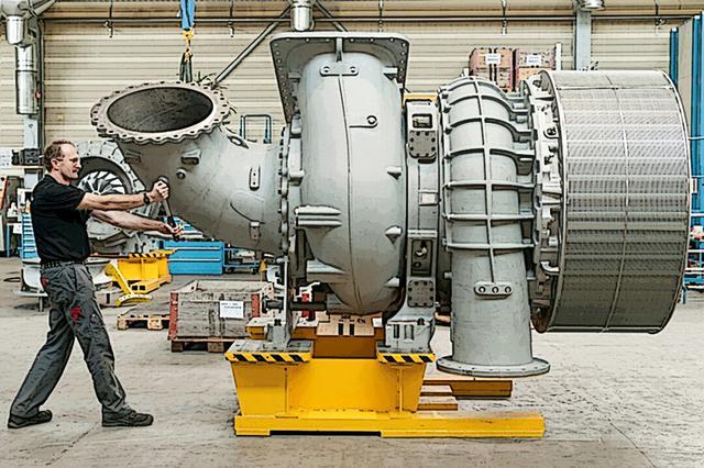 画像: 速力重視のヴァルチラ スルザー社製 14RT-フレックス96Cエンジンの排気ターボ部分。基本構造はマン社製のエンジンと同じだが、14気筒1機で10万8900hpというディーゼルターボ史上最強のパワーを誇り、軍艦並みの25〜27ノットで巡行が可能だった。マルコポーロだけでなく、トリプル Eの先代であるエマ マースクもこのエンジンだった。
