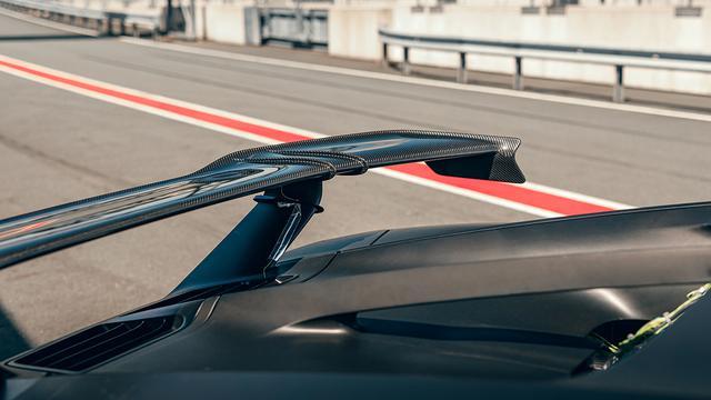 画像: 強力なダウンフォースを得るため、リアに全幅1.9mの大型のカーボン製ウイングを装着。