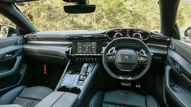画像: プジョー「i-Cockpit」をさらに発展させ洗練された新世代のものに進化。コンパクトなオーバル形状のステアリングホイール、8インチタッチスクリーン、12.3インチデジタルヘッドアップディスプレイを採用。