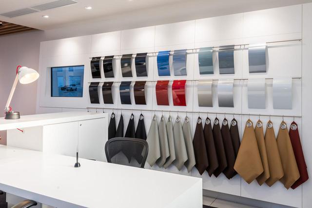 画像: 専用タブレットを導入し、販売員が実車や、外装色・内装色のマテリアルなどを追いながら説明していく。
