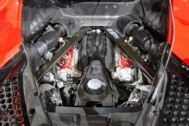 画像: 780psと800Nmを発生する4LのV8ツインターボエンジンの本体は、低重心化を図ってかなり低い位置にマウントされている。