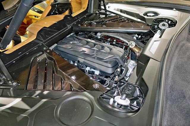 画像: ミッドシップ搭載されるV8エンジンはOHVながら495hpと637Nmを発生。エンジンの後ろにはトランクスペースも備える。