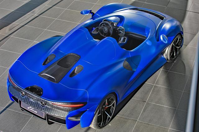 画像: リアセクションのデザインは今までのマクラーレン車とはまったく異なる。リアエンドにはエアブレーキにもなる可変式ウイングが備わる。
