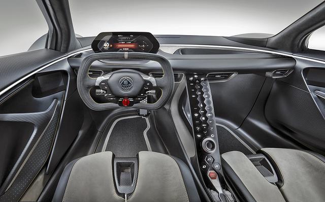画像: F1マシン風のステアリングや、デジタルディスプレイのメーター、スイッチ類が並ぶスロープ状のセンターコンソールなどインテリアも独特。