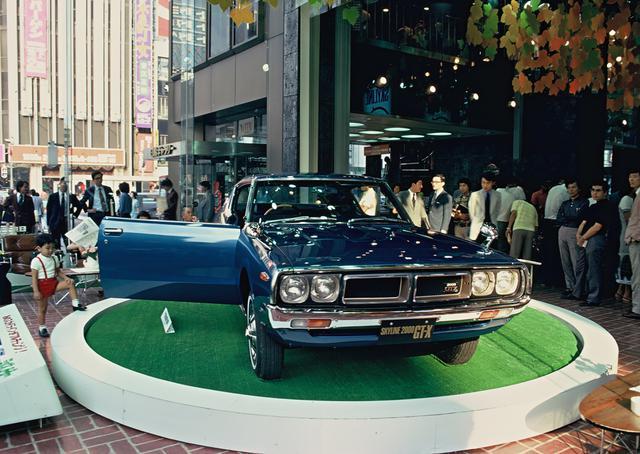 """画像: 東京・銀座の日産ギャラリーにて。世代を超えて新たなスカイライン・ファンを獲得した""""ケンメリ""""は、まさにあの時代を象徴していた。"""
