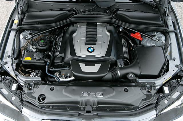 画像: N62B48B型4.8L V8エンジン。最高出力367ps/最大トルク500Nmを発生。大排気量の自然吸気エンジンはパワフルというより大きなトルクでゆったりと突き進む感じ。