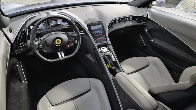画像: 運転席と助手席が完全にセパレートされた、シンメトリーなコクピット。DCTのシフトには往年のフェラーリ車のようなゲートが備わる。