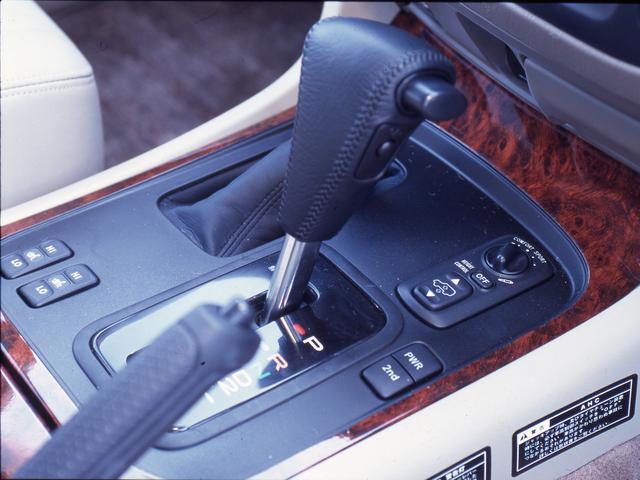 画像: 1998年の発売当初は4速ATだったが、2002年に8月に5速AT化された。シフトレーバーの前方に、AHCの車高切り替えスイッチが備わる。