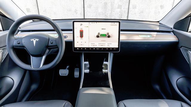 画像: センターには15インチという大型のタッチスクリーンを装備。シート位置が高くダッシュボードが低いので視界が良い。