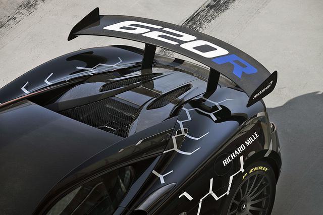 画像: リアウイングの角度を強めれば、リアのダウンフォースは最大で185kgになり、より高速でのサーキット走行が可能になる。