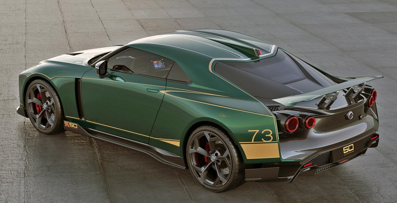 画像: リアウイングは可動式。丸型テールランプなどはベース車から継承されているが、リアウインドーはハッチゲートとなっている。