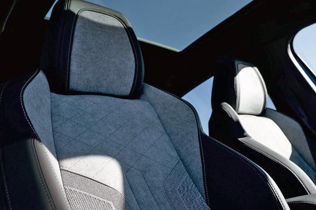 画像: GT ラインのシートと、オプションのパノラミックガラスルーフ。