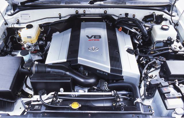 画像: エンジンはランドクルーザー100と共通のV8「2UZ-FE型」を搭載。最高出力は235ps/4800rpm、最大トルクは422Nm/3600rpmを発生。