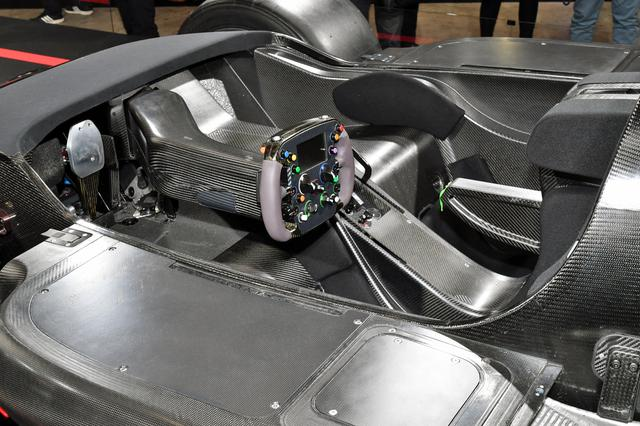 画像: ほとんどレーシングカーのようなテストカーのコクピット。市販車では、居住性も考慮されたラグジュアリーなものになるはず。