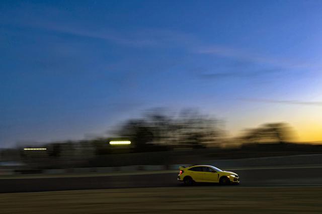 画像: 鈴鹿サーキット国際レーシングコースを疾走する、新型シビック タイプR リミテッドエディション。