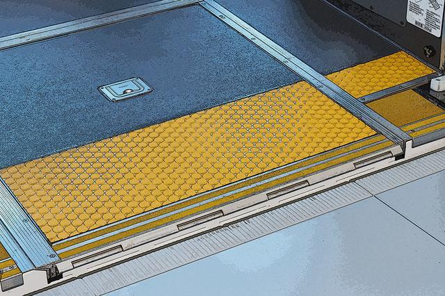 画像: バス停となる歩道やプラットホームに、車体をわずか45mmまで寄せる「正着制御」を搭載する。運転席のカメラを通じて誘導する仕組み。