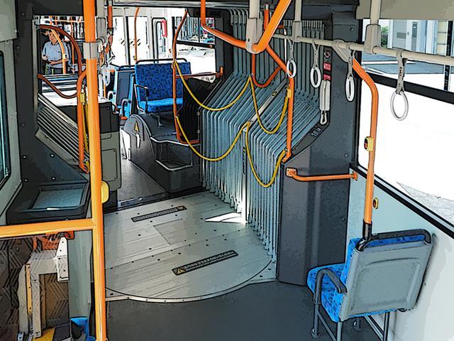 画像: 後車室から、連接部を通して前車室を見たもの。円盤状の渡り板がこの種の乗り物の特徴だ。幌は二重構造で機器やホース類はいっさい見えない。連節部は、運行中の立ち止まりは禁止。