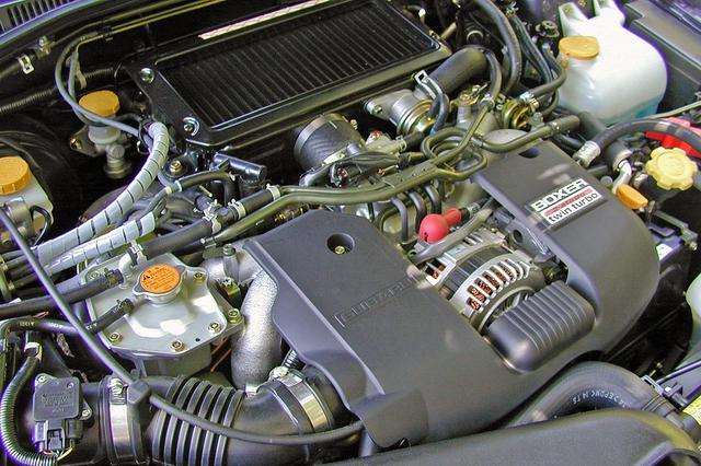 画像: これまで不満の多かった中速域のトルクを向上し、なめらかなトルクカーブとした2Lのフラット4 DOHCツインターボエンジン。