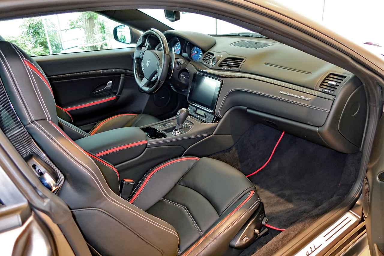 画像: インテリアのデザインはベース車と変わらないが、ブラックのレザーにレッドのパイピングがオシャレだ。