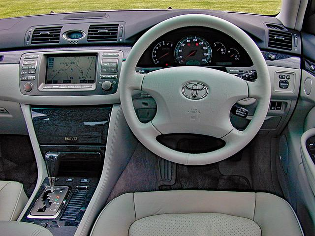 画像: 本革やウッドパネルをふんだんに使った高級感あふれるインテリア。まさに小さな高級車らしいゴージャスな雰囲気が味わえる。