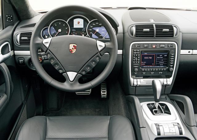 画像: 伝統の5連メーター、ステリングコラムの左側にあるイグニッションスイッチ、バックレスト一体型のヘッドレストを持つスポーツシートなど、インテリアにはポルシェらしさがあふれている。