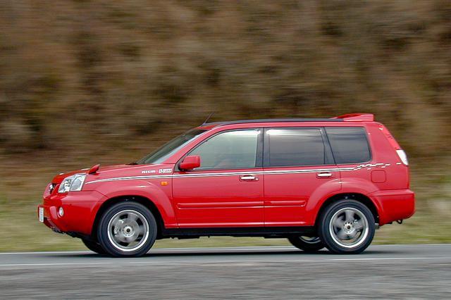 画像: 真っ赤なボディカラーが強烈だが、17インチのタイヤ&ホイールとストライプ以外はノーマルと変わらない。