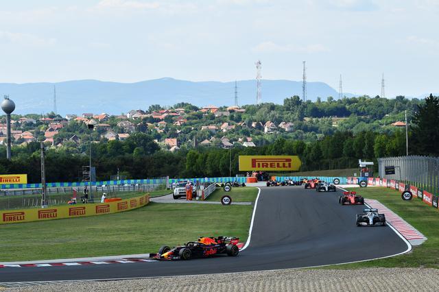 画像: 昨年のハンガリーGPではポールのマックス・フェルスタッペン(レッドブル・ホンダ)が好スタートからリードを広げる展開に。
