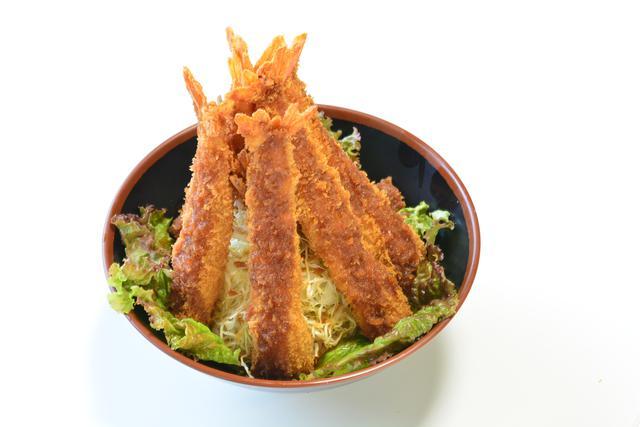 画像: 大きな海老フライが7本も乗っている「メガ海老フライ丼」(990円)。海老フライは普通の丼ぶりの2倍以上!