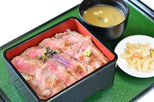 画像: 本格的なステーキ肉をコスパよくいただける「ステーキ重(みそ汁・お漬け物付き)」(1848円)。