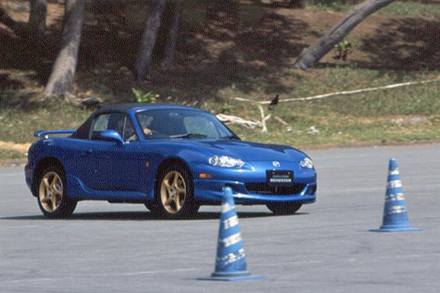 画像: 2速中心のジムカーナコースでマツダスピード ロードスターはその走る楽しさを満喫させてくれる。エキゾーストサウンドもいい。
