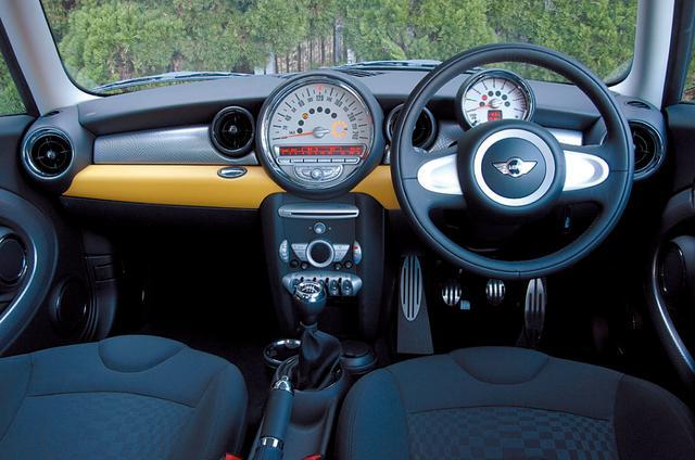画像: 従来モデルに比べて広々とした印象のインテリア。センタースピードメーターは新型になってさらに大きくなった。オプションのカラーライン装備の場合、ニーパッドとドアアームレストは5色から選べる。