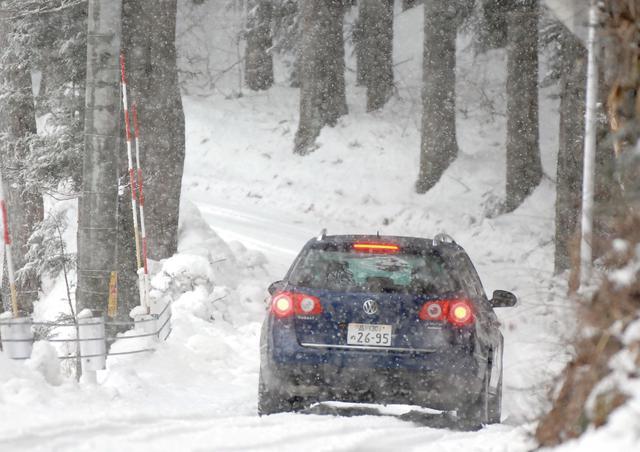 画像: 雪道でも安心感のある走りを見せてくれた パサート ヴァリアント V6 4MOTION。V6 4MOTION。右ハンドルがメインだが、受注生産で左ハンドル仕様もオーダーできる。