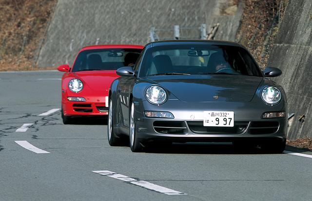 画像: 911カレラS(前)と911カレラ。純粋なRRモデルで、フロントのドライブシャフトがないため、コーナー入り口でハンドルを切ったときのターンインが軽快。