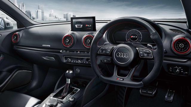 画像: アウディ RS3のコクピットには、カーボンパーツや赤のアクセントカラーが配置される。