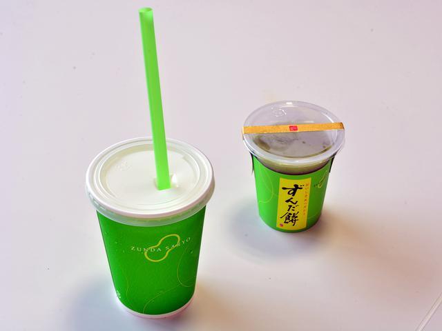 画像: 「ずんだシェイク」(330円)、「ずんだ餅ぷち」(370円)。施設入口の横にある「ずんだ茶寮 Cafe」にて販売される。