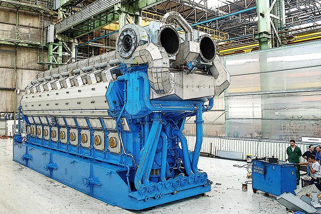 画像: コンテナ船の巨大なディーゼルエンジンから見ると小さいが、※ヴァルチラの460mmボアシリーズV型12気筒を4基+V型16気筒を2基も発電機として使う。中速ディーゼルで最適な数だけを駆動するので、燃費と騒音振動・スペースを抑えることができる。 ※ヴァルチラ・ディーゼルは12V(16V)46系だが、掲載画像は最新で一回り大きい18V50DF。