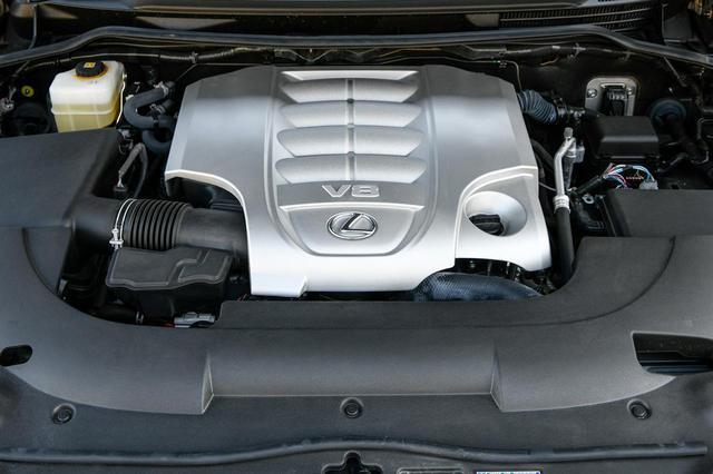 画像: レクサスLX570のエンジンルーム。カバーにはV8エンジンをイメージする凹凸がつけられたデザインが施されている。