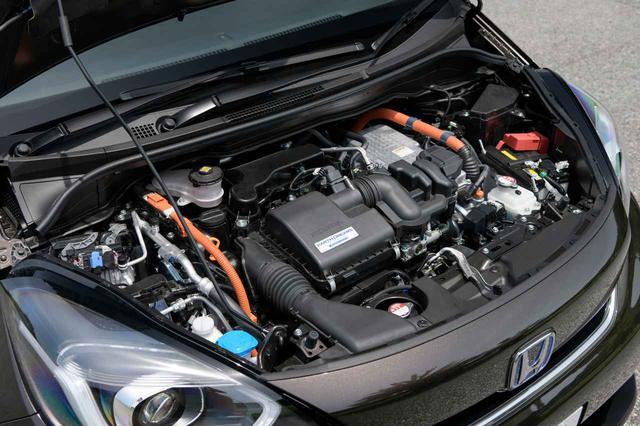 画像: 現行ホンダ フィットのエンジンルーム。カバーは採用されておらず、そのようにも見える部分はエアクリーナーボックスだ。