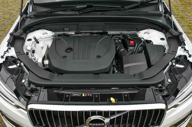 画像: XC60に追加された48Vマイルドハイブリッドモデル「B5」のエンジンルーム。厚さを増したカバーを装着し、衝突安全性の向上に寄与する。