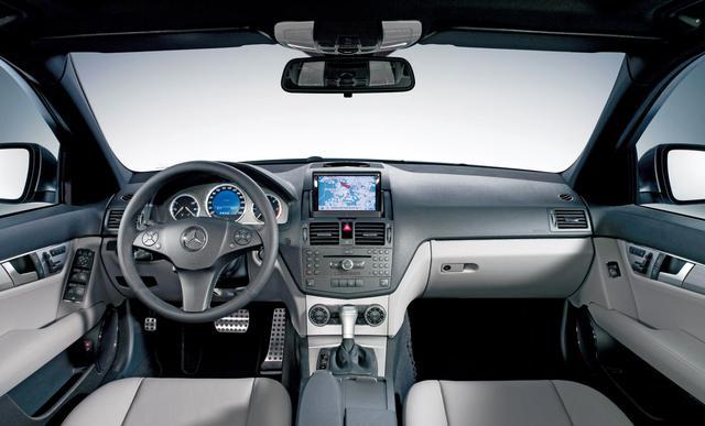 画像: C350アバンギャルドのインテリア。AMGスポーツパッケージはパドル付き3本スポーツステアリングを装着。ペダルはラバースタッド付きアルミ。