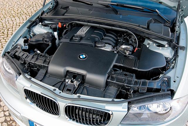 画像: 新開発の2L直噴直列4気筒エンジン。直噴化に伴ってバルブトロニック機構が廃止されたため、エンジン上面の眺めも変化。BMWのエンブレムがカラー版となった。
