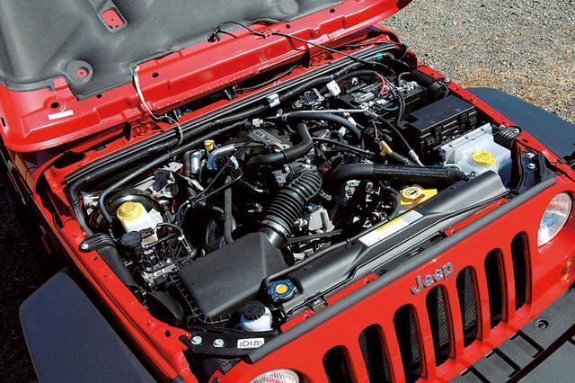 画像: 従来の直6 4Lにとって代わるV6 3.8Lエンジン。OHVで鋳鉄ブロックと聞けば古い感じがするが、実はほぼ新製の高耐久ユニット。スムーズで好ましい。