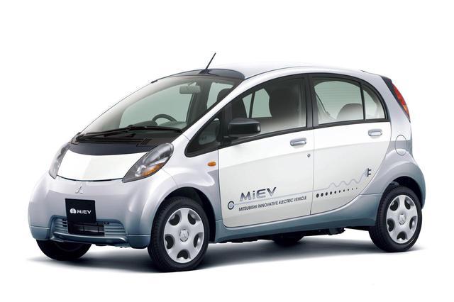 画像: 三菱のEV、i-MiEV(アイミーブ)。デビュー当初は軽自動車規格に収まるボディサイズだったが、現在は衝突安全性を高める改良を受けて小型車サイズに拡大されている。