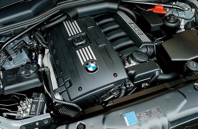 画像: バルブトロニック機構用のモーターがなくなったエンジン。なお525i用エンジンの排気量は3Lになり、523i用エンジンが2.5Lとなった。