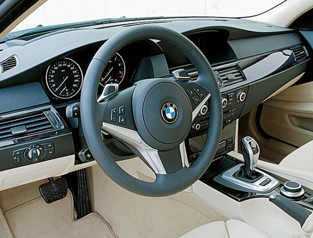 画像: さまざまなハイテク装備が用意されていたが、それらは決して「運転する楽しみ」を奪ったりはしない。