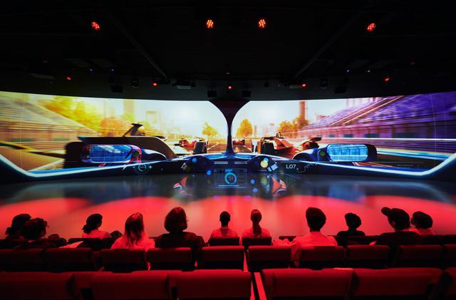 画像: フォーミュラE ザ ライド。100%電動フォーミュラカーに乗って、レースさながらに世界の都市を駆け巡るバーチャルライドアトラクション。ナビゲート役は声優の櫻井孝宏氏。