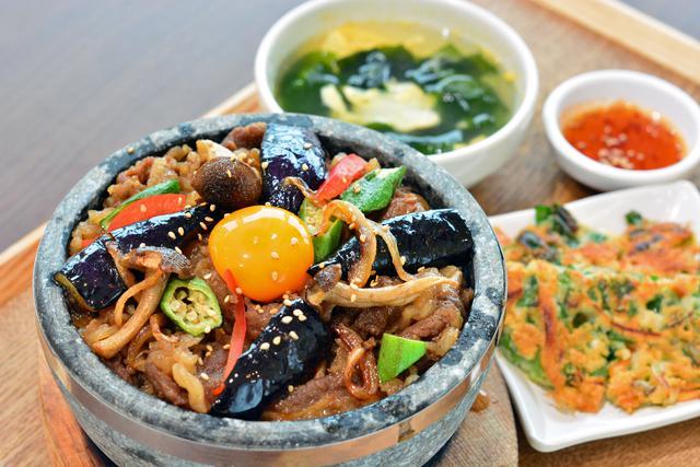 画像: 「韓美膳(ハンビジェ)」の「夏野菜と牛カルビ 石焼ビビンパ」(1298円)。ナスやオクラなどの夏野菜が味わえる。