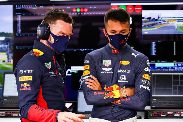 画像: アレクサンダー・アルボン(レッドブル・ホンダ)。序盤の接触で苦しい展開になったが、ほかのドライバーとは違うタイヤ戦略で猛然と追い上げた。
