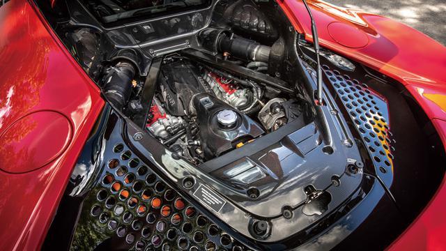 画像: ボアが拡大されてF8トリブート用(3902cc)より排気量がアップ、3990ccとなったV8ツインターボエンジン。吸排気系はシリンダーヘッドも含めて新設計で、フェラーリ初の直噴システム(350バール)を採用。DCTも新設計の8速型。